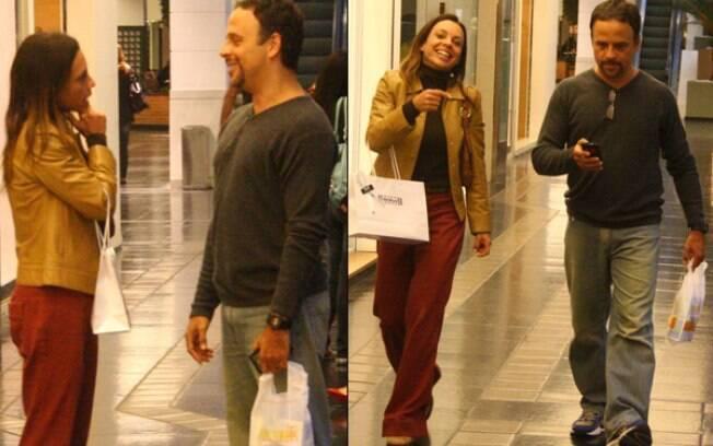 Marcos Breda e Carla Marins conversam em corredor do shopping