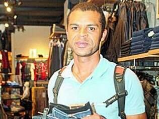 """""""Sempre compro calça nessa loja porque é difícil achar meu número e promoção é sempre bom. A gente costuma olhar e quando tem aproveita."""" Luis Felipe Ribeiro"""