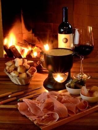 Diversifique nos acompanhamentos da fondue de queijo