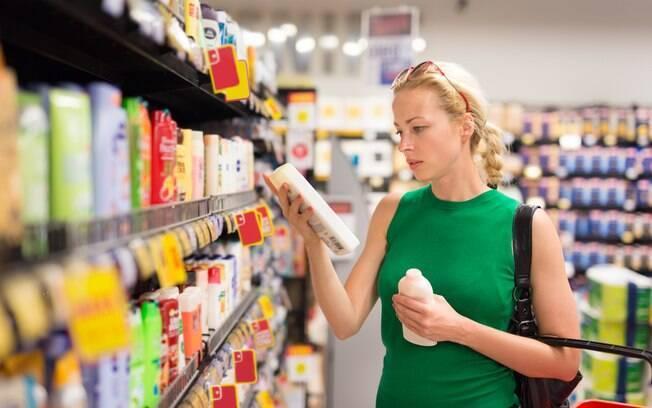 Antes de comprar um tipo de shampoo, é essencial observar as características do seu cabelo e escolher produtos específicos