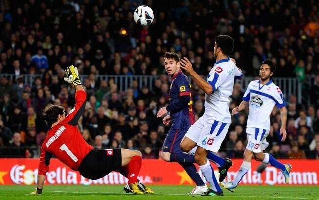 Messi toca por cima do goleiro do La Coruña e  marca para o Barcelona