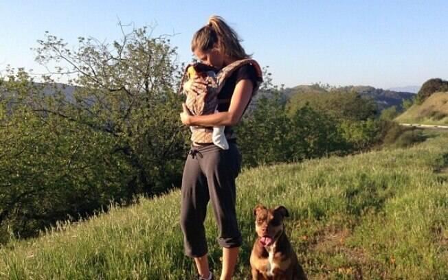 Gisele Bundchen com Vivian Lake e a cadela Lua, em foto compartilhada  no Instagram