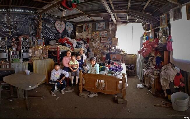 O bairro de San Juan Tapecoculco, no México, foi o cenário escolhido para retratar a dona de casa Yesenia Campos Arenas e sua família. Foto: Andy Goldstein