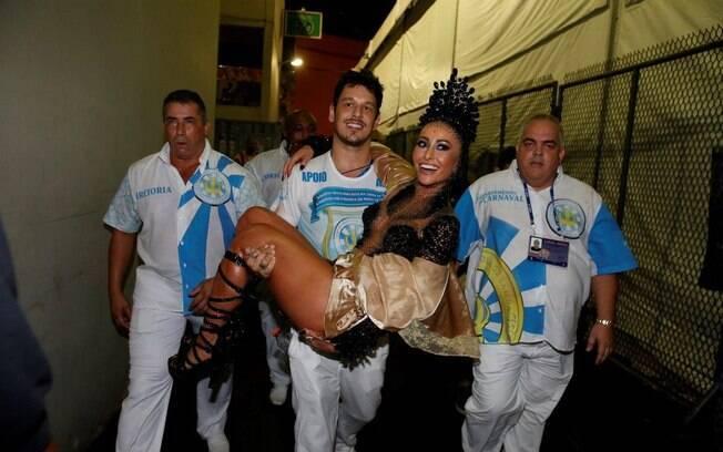 João Vicente carrega Sabrina Sato no colo na dispersão da Unidos de Vila Isabel. Foto: AgNews