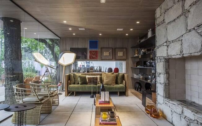O arquiteto Olegário de Sá e o designer de interiores Gilberto Cioni planejaram a Casa da Árvore. Aqui, atmosfera rústica toma conta e é reforçada pelo uso de materiais sustentáveis - cerâmica que imita madeira no piso e compensado no forro