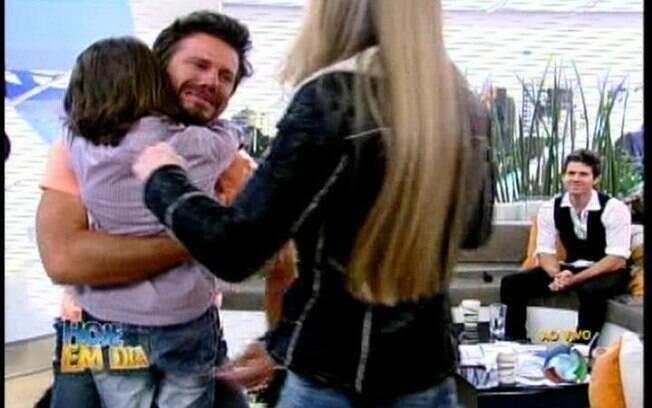 Marlon abraça seus dois filhos e não aguenta a emoção