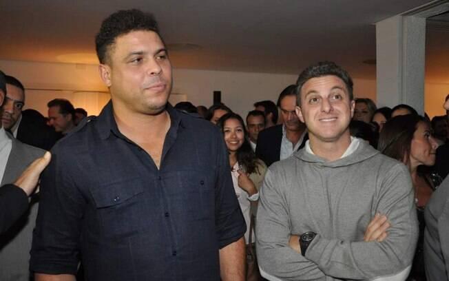 Fãs cercam Ronaldo e Luciano Huck no evento
