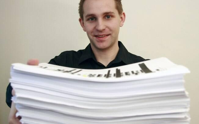 Schrems com a pilha de mais de 1,2 mil páginas de informações sobre si próprio recebida do Facebook