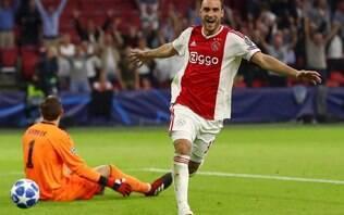 Peça importante no Ajax, lateral faz sucesso nas redes sociais com desenhos