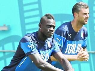 Italianos apostam na força do astro Balotelli (à esquerda) contra caribenhos