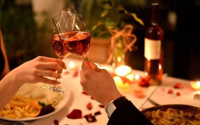 Preparar um jantar de Dia dos Namorados para a pessoa amada é uma forma criativa de demonstrar carinho