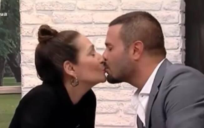 Sonia Abrão e Rodrigo Phavanello protagonizam beijão ao vivo!