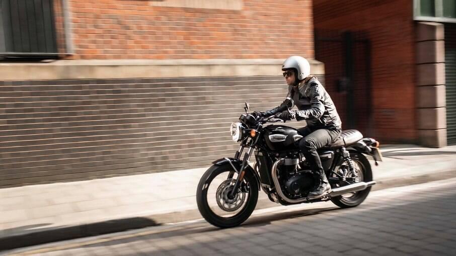 Modelo T100 é o primeiro da família Bonneville a ganhar atualização da fabricante inglesa de motocicletas