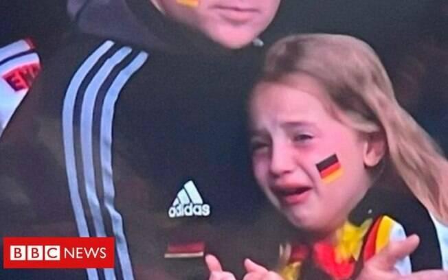 Torcedora chora após Alemanha ser eliminada da Eurocopa pela Inglaterra
