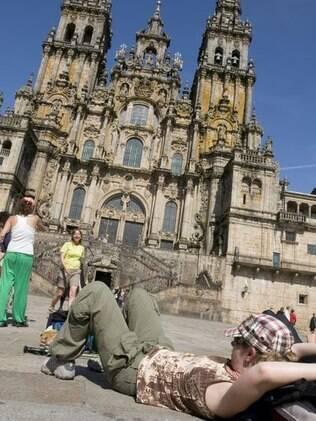Após caminhada, peregrino aprecia beleza da catedral de Santiago de Compostela