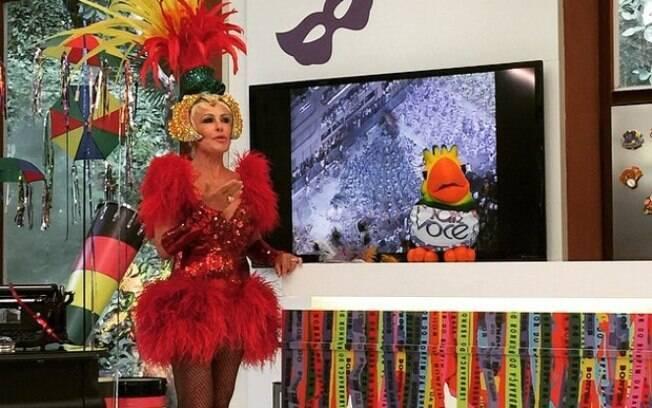 Ana Maria Braga apresenta Mais você com fantasia na segunda-feira de carnaval