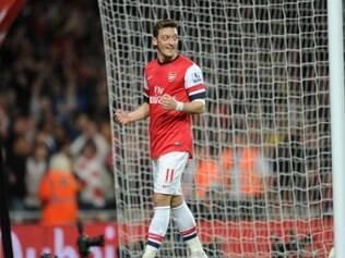 Özil comemora gol marcado em duelo do Arsenal frente ao Newcastle