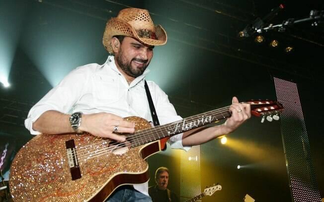 Luciano Camargo e seu violão com o nome da esposa, Flávia
