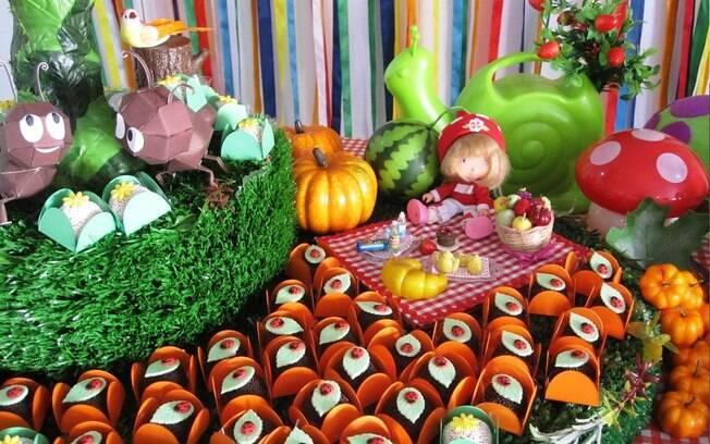 Para compor a mesa, brinquedos da criança, dobraduras feitas em casa e outros objetos