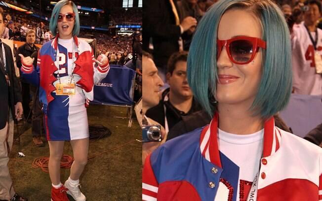 A cantora Katy Perry chamou a atenção com seu visual de torcedora no Super Bowl
