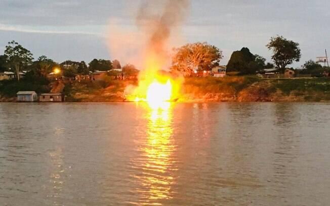 Bombeiros atuam no combate a incêndio de barco no Acre