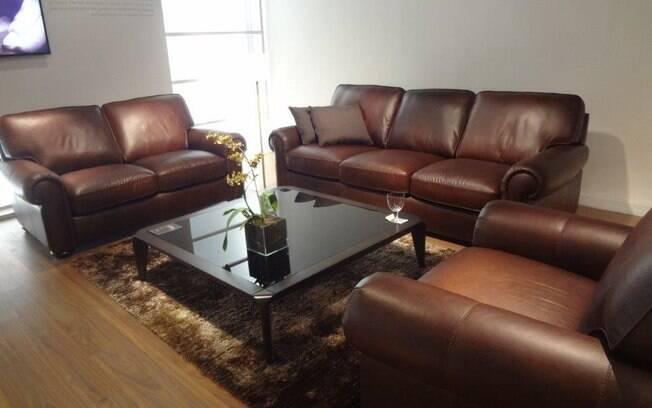 Optar por um jogo de sofás todo em couro é ideal para decorações clássicas