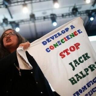 Manifestante protesta contra Jack Halprin, funcionário do Google que despejou famílias de seu imóvel