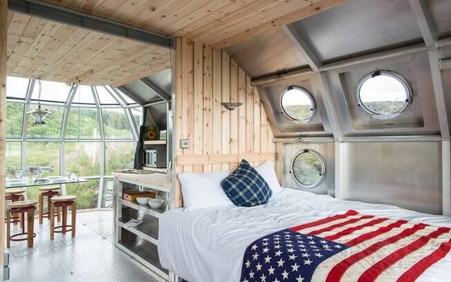 O espaço oval da mini casa é dividido entre três cõmodos, uma