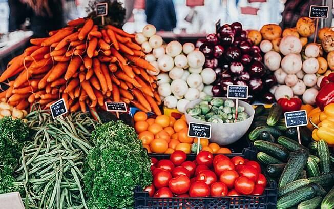 Veja suas necessidades e se comprar em excesso, prefira congelar algumas hortaliças