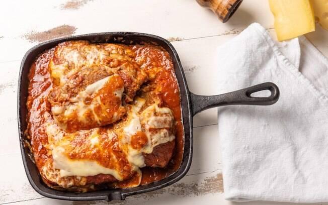 O segredo da parmegiana crocante consiste, basicamente, em empanar e fritar logo em seguida