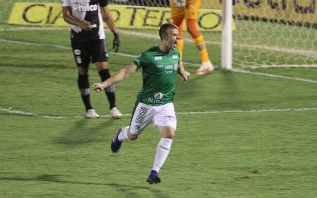 Autor do gol de empate, Ludke diz que acesso se mantm vivo