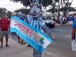 Mascote da boate hermana, a zebra marcou presença no Mineirão com o uniforme da seleção da Argentina