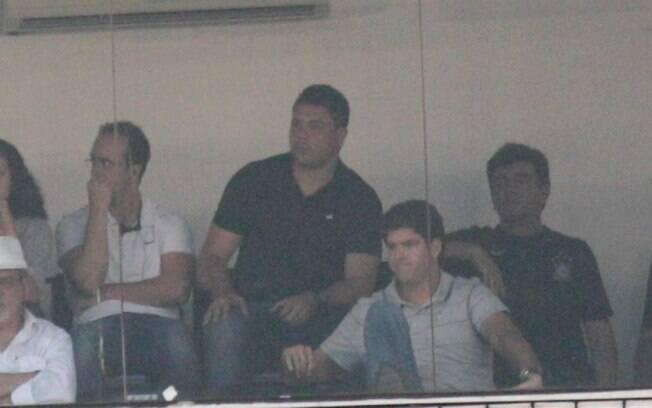 Ronaldo acompanha à final Santos x  Corinthians em camarote da Vila Belmiro