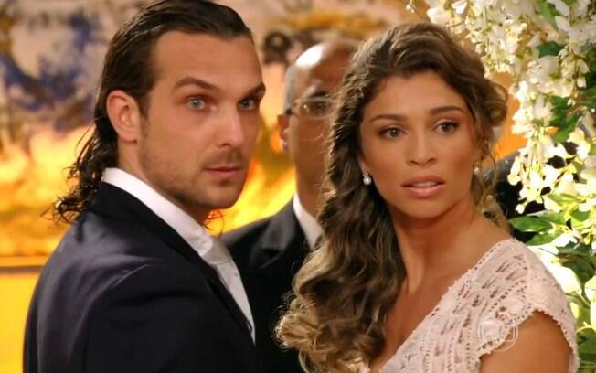 No casamento de Alberto (Igor Rickli) e Ester (Grazi Massafera) é interrompido com a chegada de Chico (Cacá Amaral), em 'Flor do Caribe'