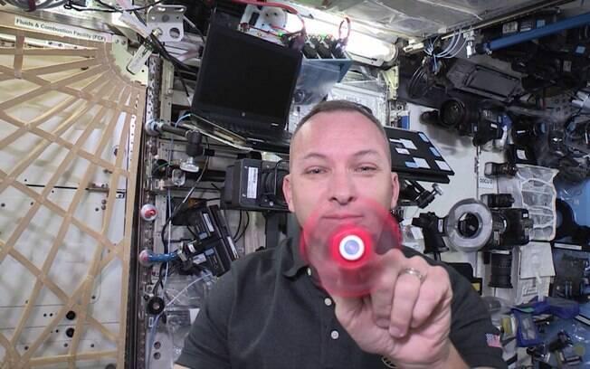 Astronauta Randy Bresnik compartilhou um vídeo em que revela como o fidget spinner se comporta na ISS