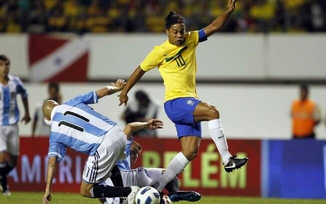 Ronaldinho Gaúcho e Guiñazu entram em  dividida no duelo do Mangueirão, em sua última  partida com a camisa da seleção brasileira