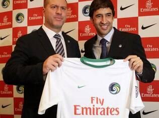 Raúl recebe a camisa número 7 do NY Cosmos, dos Estados Unidos