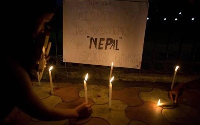 Estudantes indianos acendem velas em homenagem às vítimas do terremoto do Nepal