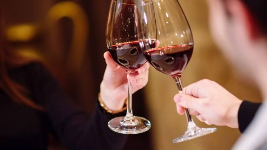 O vinho tinto combina com carnes, massas e também risotos