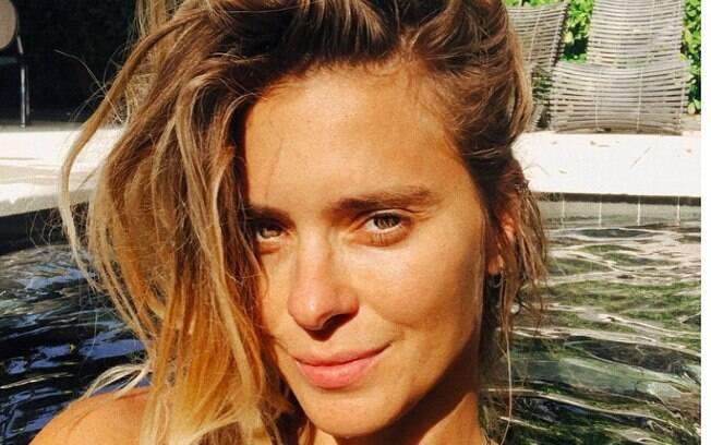 Carolina Dieckmann posa sensual no Instagram e aproveita folga na piscina