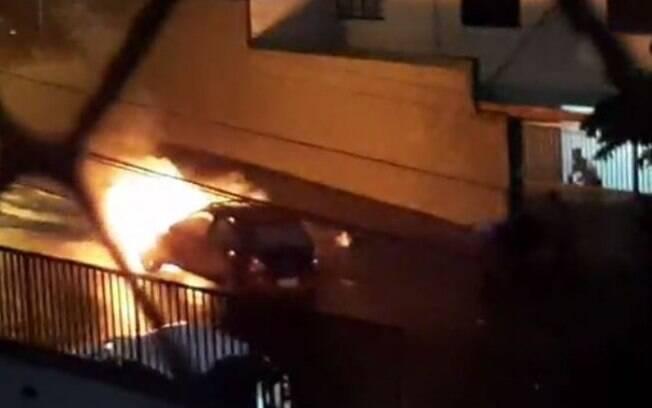 Moradores apagam fogo em carro no Bonfim, em Campinas