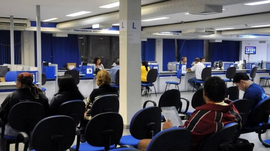 A Secretaria de Previdência e Trabalho diz que o tempo médio entre o agendamento e a realização da perícia médica presencial está em 39 dias no Brasil