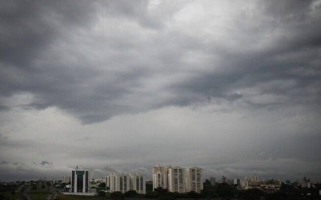 Quarta-feira será de tempo nublado e chuva ao longo do dia