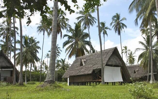 No  Ras Mbisi Lodge, as cabanas de praia são construídas com a madeira sustentável dos coqueiros locais