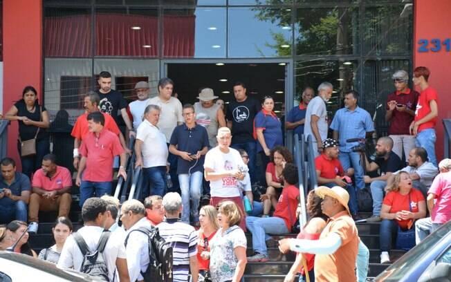 Manifestantes estão em frente ao sindicato aguardando o ex-presidente Lula para ir ao protesto em São Paulo