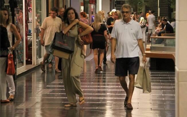 Lília Cabral passeia no shopping com o marido nesse domingo (04)