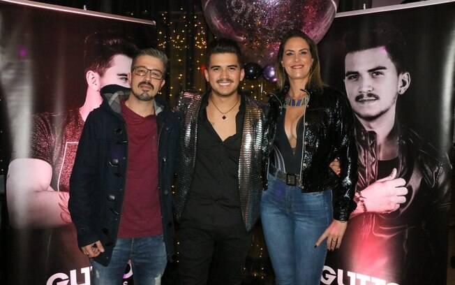 Gutto Soares é ladeado pelo casal Paulo Rogério e Aritana Maroni