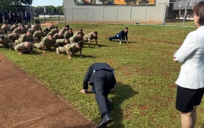 Bolsonaro visitou a COT e, de terno, participou de um exercício de flexões com os policiais