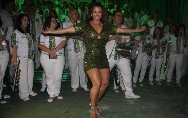 Viviane Araújo em frente à bateria Puro Balanço, da Mancha Verde