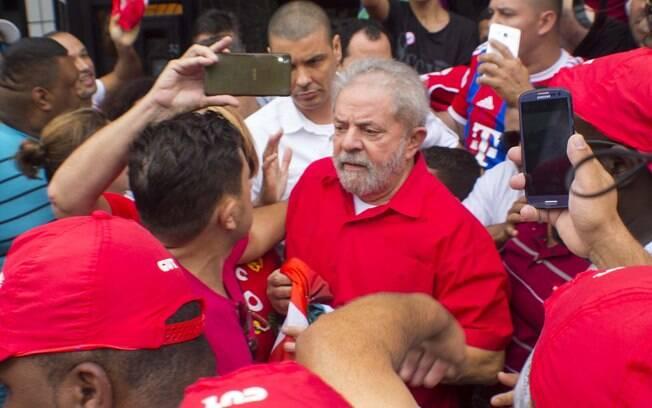 Lula se encontra com militantes em frente ao seu prédio em São Bernardo do Campo